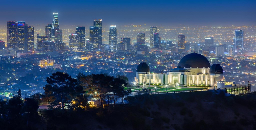 griffith observatory Griffith observatory is a facility in los angeles, california, sitting on the south-facing slope of mount hollywood in los angeles' griffith parkit commands a view of the los angeles basin, including downtown los angeles to the southeast, hollywood to the south, and the pacific ocean to the southwest.